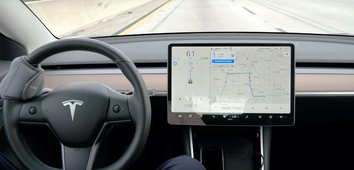 Regardez l'autopilot V10 Tesla effectuer un trajet de 40 minutes sur autoroute sans intervention humaine