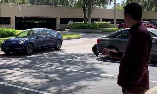 [Vidéo]:La nouvelle fonction «smart summon» de Tesla connait quelques dysfonctionnements