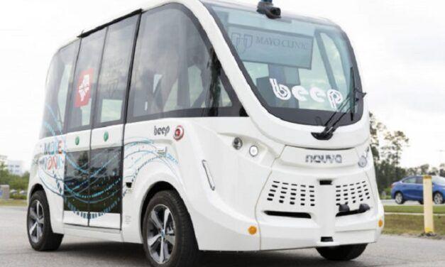 Des navettes autonomes conduisent des tests COVID-19 dans une clinique de Floride