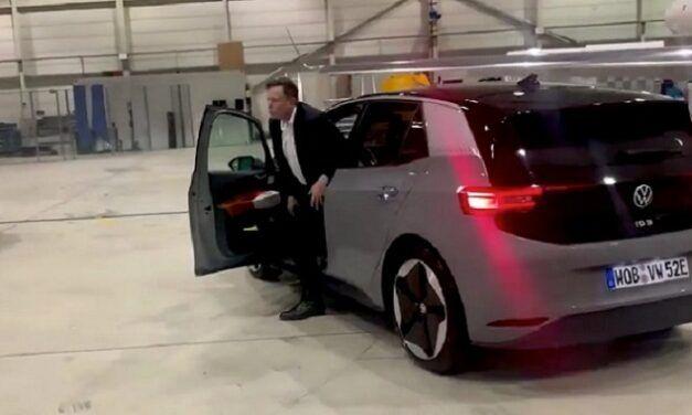 [Vidéo]: Regardez Elon Musk essayer la volkswagen ID.3