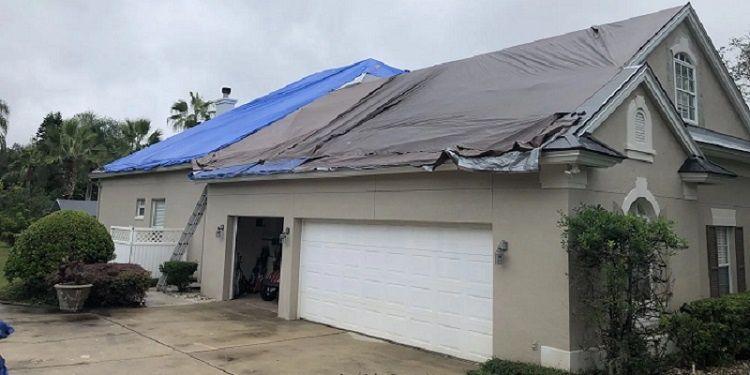 Un acheteur du toit solaire Tesla est parti sans toit et sans bâches sur sa maison après un cauchemar de 2 mois