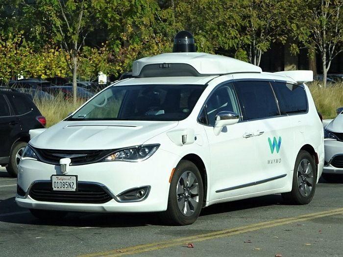[Vidéo]: Coincé par des cônes, un taxi autonome waymo fuit les techniciens